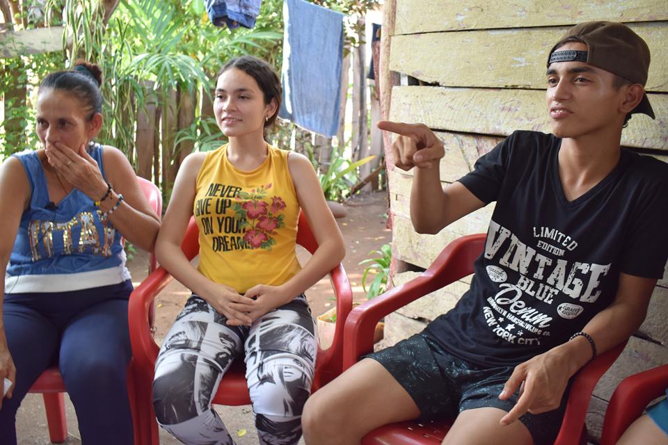 Hermanos con discapacidad auditiva que encontraron en el valor de la amistad el motor de aprendizaje