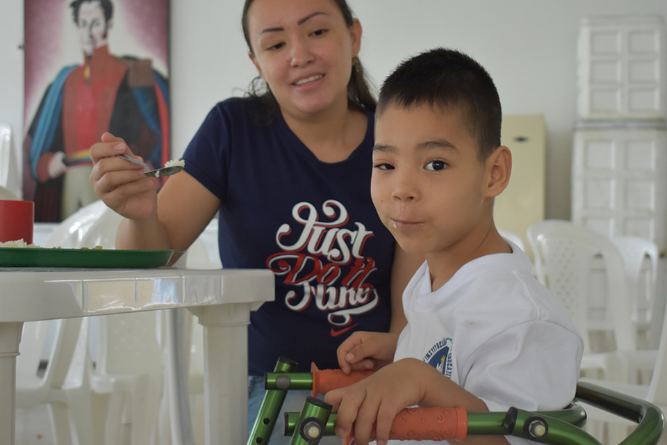 Un niño que no deja de crecer más alto sin autoexcluirse por su discapacidad