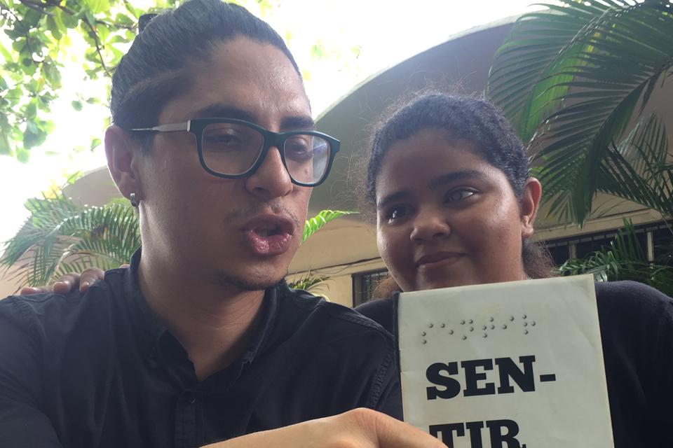Adaptaciones basadas en lo sensorial para una alumna de Comunicación Social con baja visión