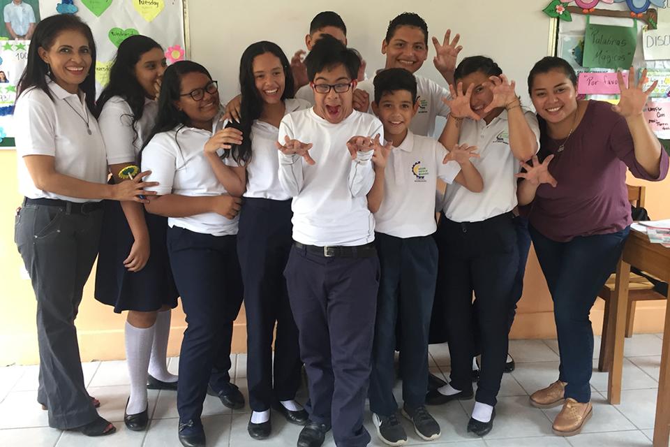 Un joven con síndrome de Down estudia en un colegio regular venciendo la resistencia de un grupo de padres