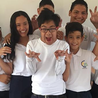 Un adolescente con síndrome de Down estudia en un colegio regular con apoyo de docentes y directivos comprometidos