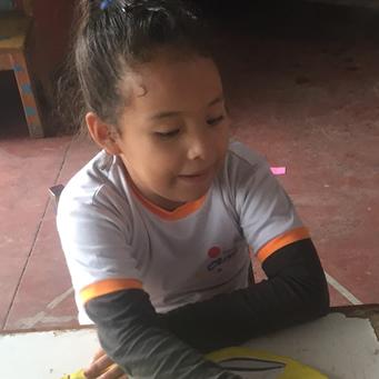 Una niña con autismo progresa en lo educativo y en su relación con las personas en una escuela regular