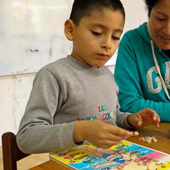 Un niño con diagnóstico de espectro autismo moderado estudia con estrategias metodológicas adaptadas